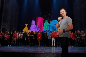 José María Cano saluda en el escenario el estreno del nuevo espectáculo